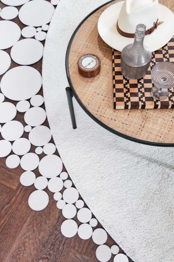 Floor Jewels Flawless - rond vloerkleed - wit - een design vloerkleed door Roelfien Vos en Van Besouw - boho chic - woontrends 2021 - interieur trend 2021