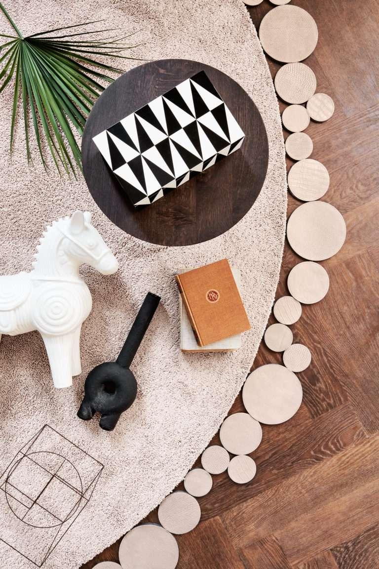 Floor Jewels Flaunt - rond vloerkleed - nude roze - een design vloerkleed door Roelfien Vos en Van Besouw - boho chic - woontrends 2021 - interieur trend 2021