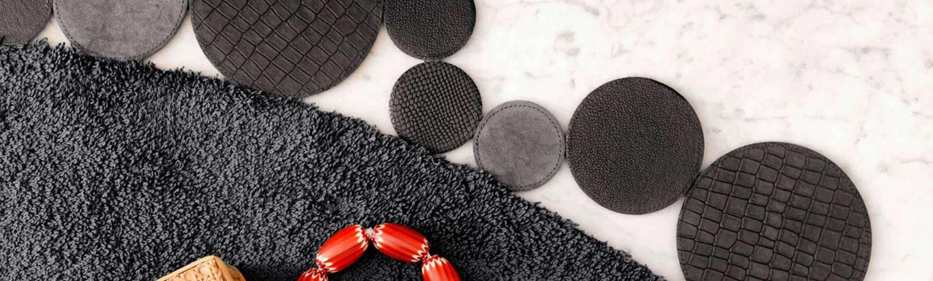 SLIDER Floor Jewels Flaunt - rond vloerkleed - antraciet grijs - een design vloerkleed door Roelfien Vos en Van Besouw - boho chic - woontrends 2021 - interieur trend 2021